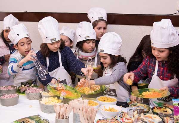 niños preparando una ensalada