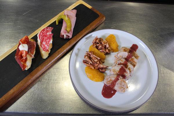 dos platos, uno de entrantes con canapés y otro con solomillo de cera con orejones y setas