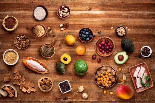 bodegón de diversos alimentos de origen peruano sobre una mesa de madera